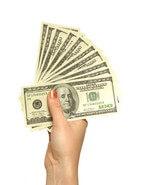 אשה מחזיקה כסף שהתקבל מהלוואה