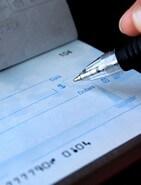 אדם כותב צ'ק לצורך החזר הלוואה