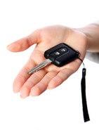 אשה מחזיקה מפתח של משאית