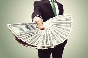 אדם שמחזיק שטרות כסף ביד
