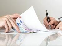 אדם שחותם על מסמכים של הלוואה