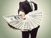 אדם מגיש כסף כהלוואה