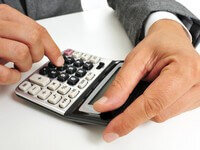 עובד מחשב את הריביות של הלוואה
