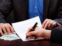 אדם חותם על הסכם הלוואה