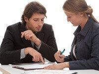 שני אנשים סוגרים עסקת הלוואה