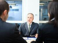 איש עסקים בפגישה עם לקוחות
