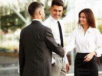 שלושה אנשים סוגרים עסקה של קניית נכס