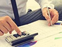 אדם מחשב את סכום ההלוואה שהוא צריך לסגירת חובות