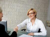 לוחצים יד לאחר סגירת הלוואה