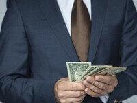 אדם שמחזיק כסף שקיבל מהלוואה