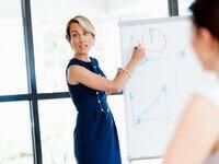 אשת עסקים מסבירה את תהליך ההלוואה
