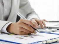 אדם יושב ליד שולחן ובודק אופציה של הלוואה