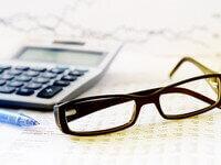 משקפים, מחשבון ומסמכים של הלוואה