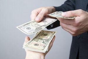 אדם מגיש שטרות כסף כהלוואה